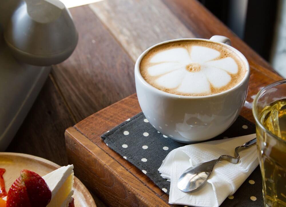 Cappuccino in einer speziellen Tasse.