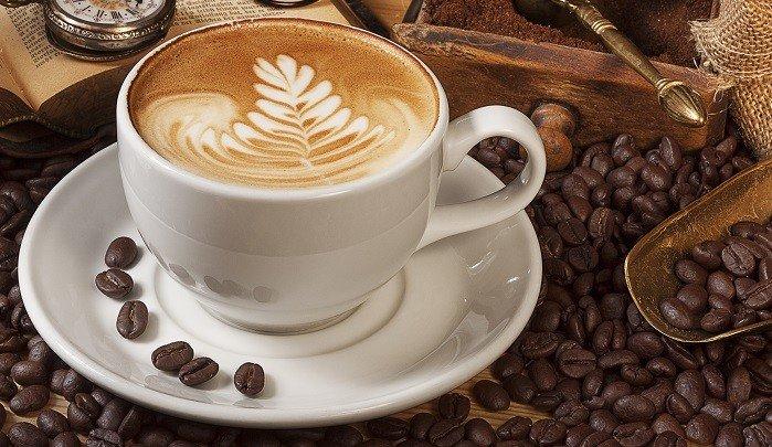 Kaffeetasse und frische Kaffeebohnen.