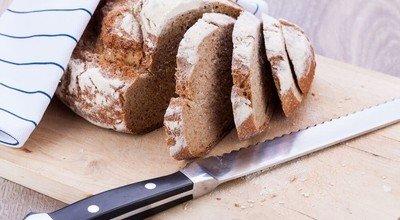 Mit Brotschneidebrett & Brotmesser komfortabel schneiden